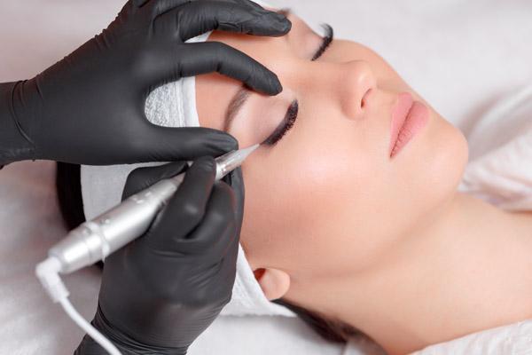 Frau erhält Permanent Make Up Behandlung