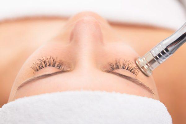 Frau erhält Microdermabrasion Behandlung